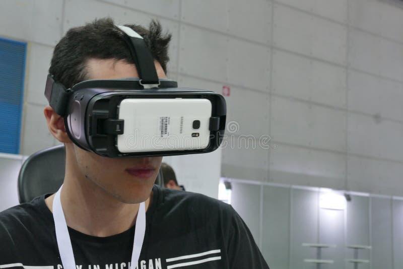 Simulador de voo vestindo adolescente dos testes do dispositivo da realidade virtual imagem de stock