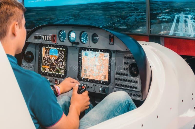 Simulateur d'un avion de transport de passagers avec un habitacle et des pilotes photographie stock libre de droits