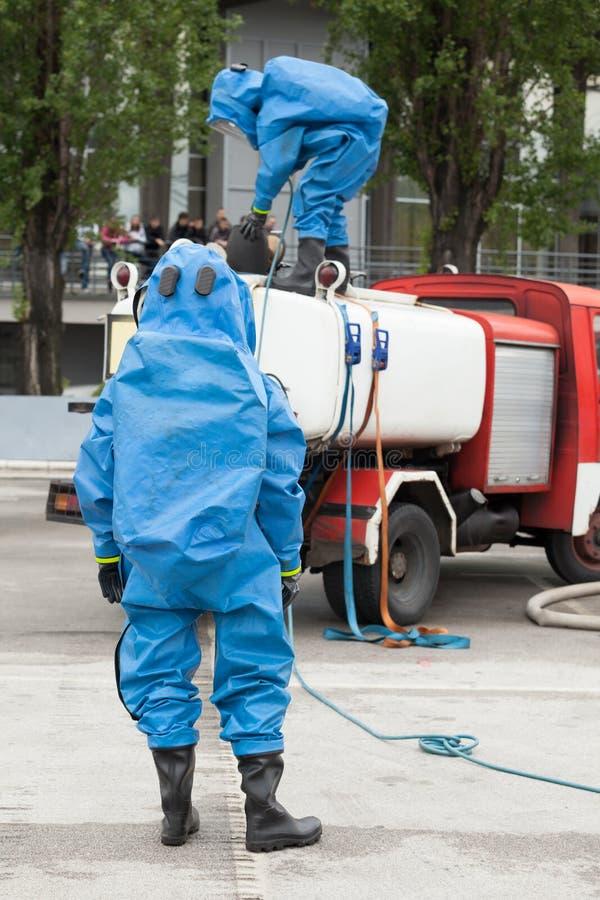 Simulatie van een chemisch ongeval stock afbeeldingen