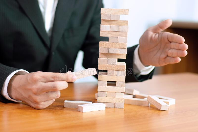 Simulation de gestion de Jenga, réalisation d'affaires établissant une écurie de base échouée par base d'affaires d'affaires et u photo stock