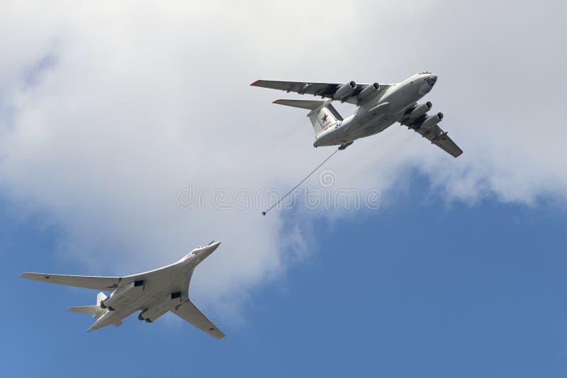 Simulation von während des Betriebsbrennstoffaufnahmeflugzeugen Il-78 und Tu-160 stockbild