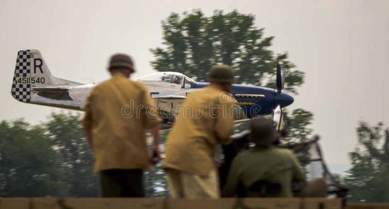 Simulazione di attacco al suolo dello show aereo immagine stock