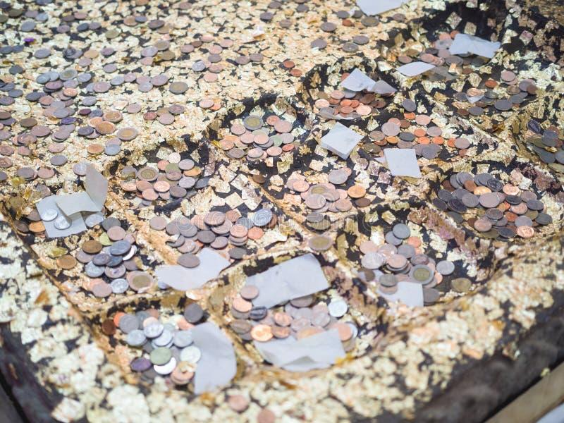 Simuleer de voetafdruk van Boedha met muntstuk stock fotografie