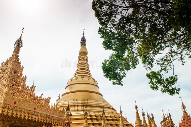 Simuleer van Shwedagon-Pagode bij Suwankiri-Tempel, Ranong, Thaila stock fotografie