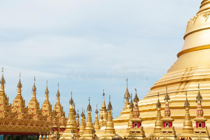 Simuleer van Shwedagon-Pagode bij Suwankiri-Tempel, Ranong, Thaila stock afbeelding