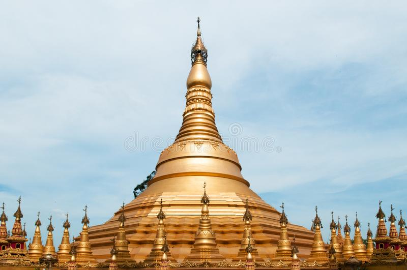 Simulez de la pagoda de Shwedagon au temple de Suwankiri, Ranong, Thaïlande images libres de droits