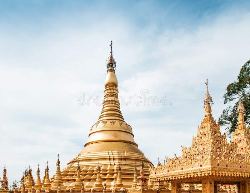 Simulez de la pagoda de Shwedagon au temple de Suwankiri, Ranong, Thaila photographie stock