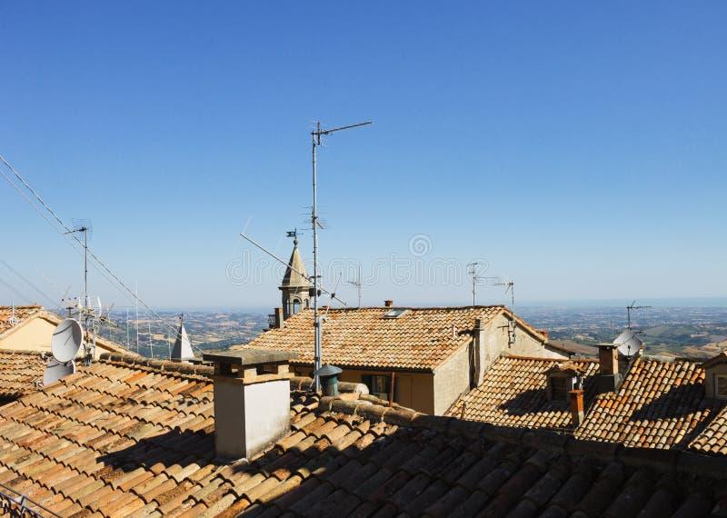 Sinaasappel betegelde daken, Republiek van San Marino, Italië stock foto's