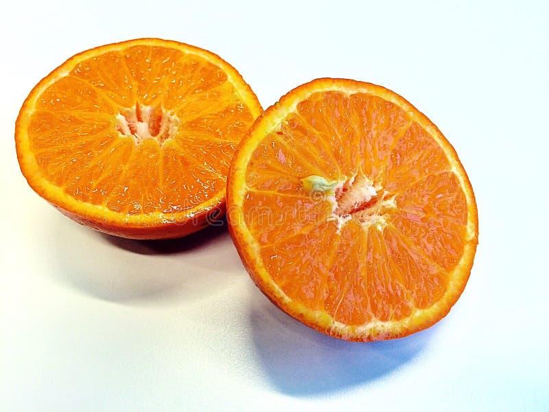 Sinaasappel die in twee wordt gesneden royalty-vrije stock foto's