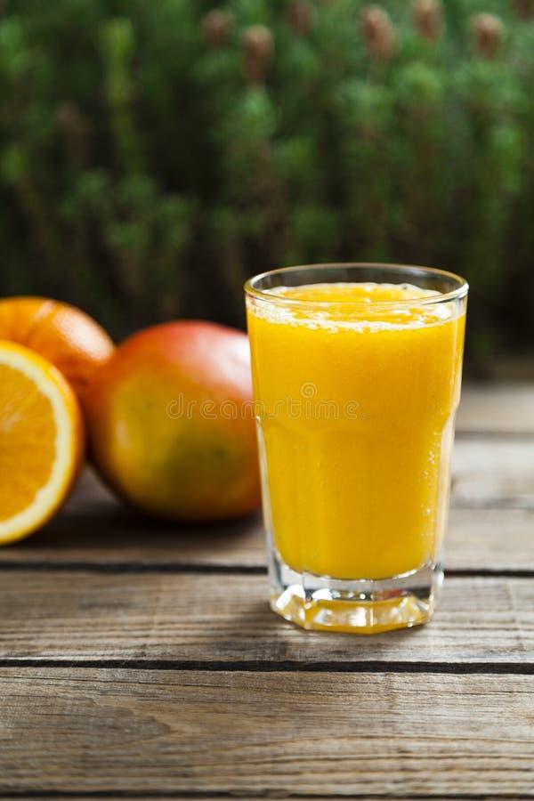 Sinaasappel en mango smoothie stock afbeelding