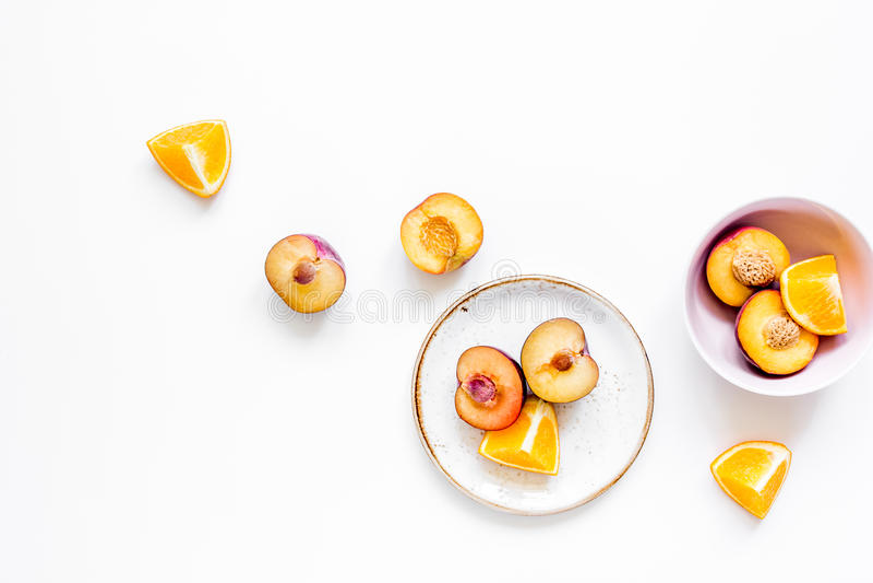 Sinaasappel en perzik de zomer zoet dessert op platen, wit achtergrond hoogste meningsmodel royalty-vrije stock foto's