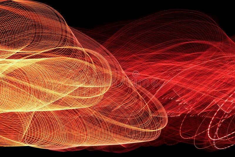 Sinaasappel en rood lichtlijnen op zwarte achtergrond stock afbeelding