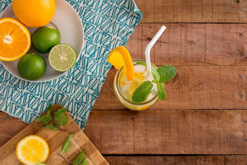 Sinaasappel, Kalk en Munt gezonde de zomer gegoten waterverfrissing royalty-vrije stock fotografie