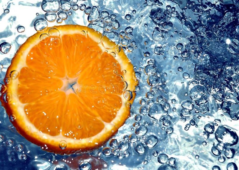 Sinaasappel in koud water stock afbeeldingen