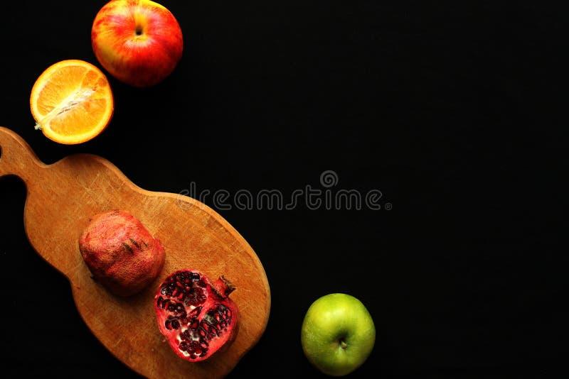 Sinaasappel op de zwarte achtergrond stock afbeelding
