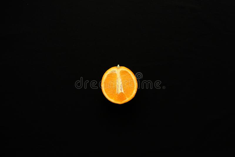 Sinaasappel op de zwarte achtergrond royalty-vrije stock foto's