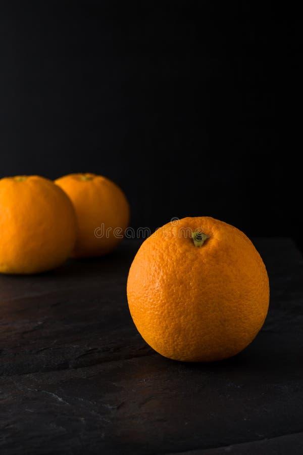 Sinaasappel op leisteen stock foto's