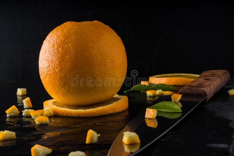 Sinaasappel op leisteen met donkere achtergrond stock fotografie