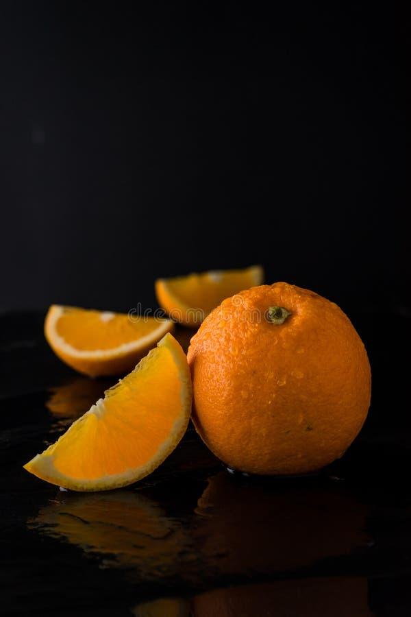 Sinaasappel op leisteen met donkere achtergrond royalty-vrije stock fotografie