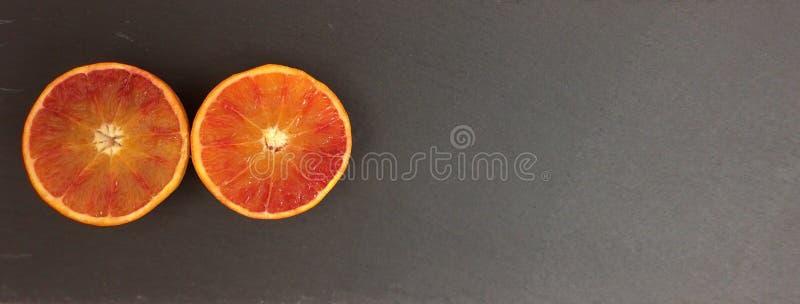 Sinaasappel op zwarte achtergrond stock fotografie