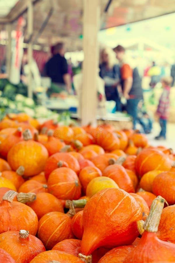 Sinaasappel pumkins bij de markt royalty-vrije stock afbeeldingen