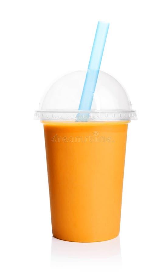 Sinaasappel smoothie in plastic transparante kop stock foto