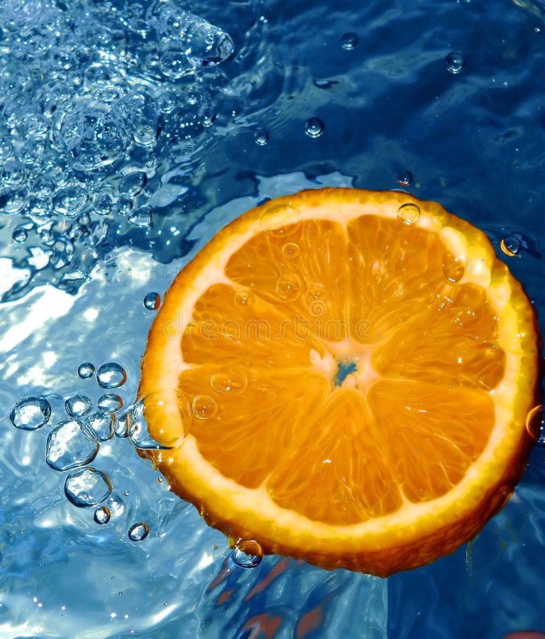 Sinaasappel in water stock foto