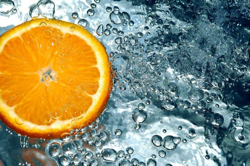 Sinaasappel in water royalty-vrije stock foto's