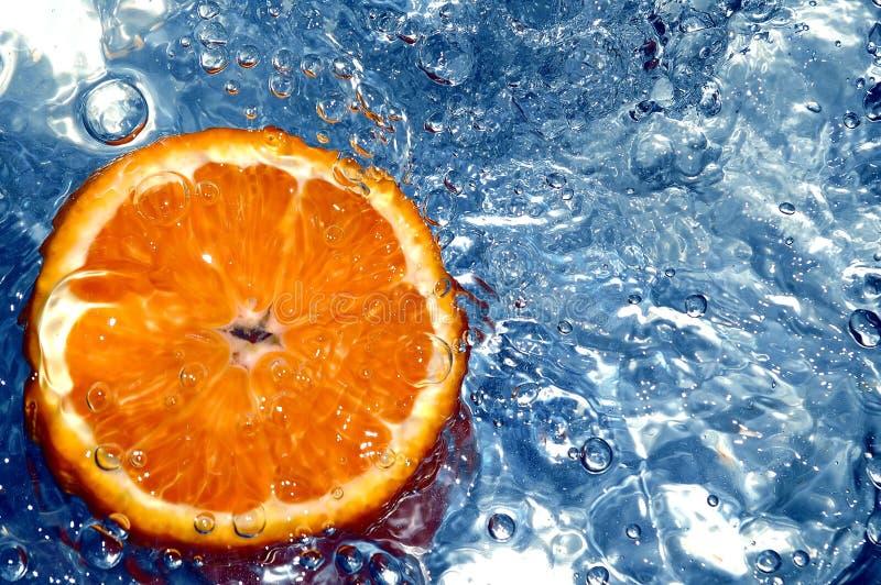Sinaasappel in water stock fotografie