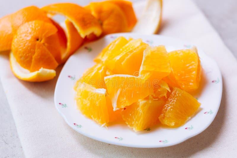 Sinaasappel in witte plaat wordt gesneden die royalty-vrije stock foto