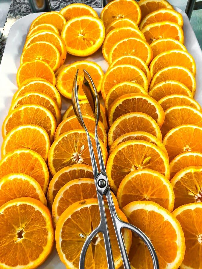 Sinaasappelen, besnoeiing in cirkels op plaat royalty-vrije stock foto