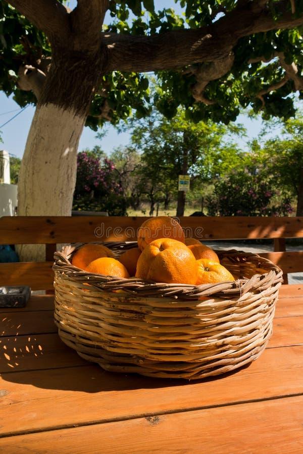 Sinaasappelen in een kom op een houten lijst bij tuin, dichtbij Sougia, zuidwestenkust van het eiland van Kreta royalty-vrije stock foto's