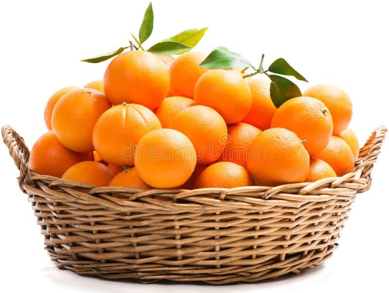Sinaasappelen in een mand royalty-vrije stock foto