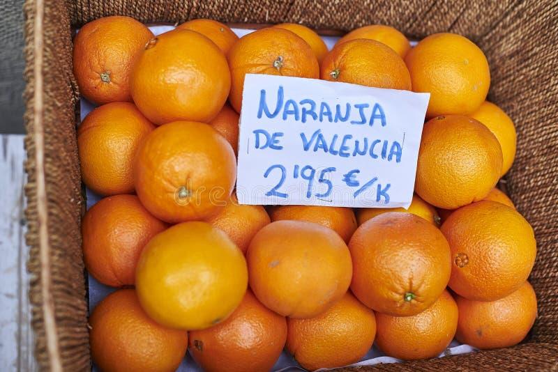Sinaasappelen in een rieten mand royalty-vrije stock afbeelding