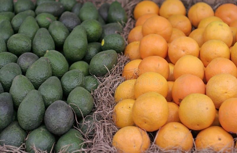 Sinaasappelen en Avocado's stock foto's