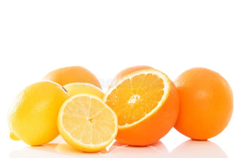Sinaasappelen en citroenen stock foto's