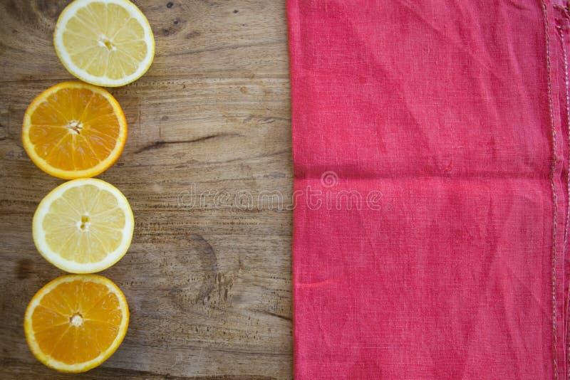 Sinaasappelen en citroenen halve besnoeiing stock fotografie
