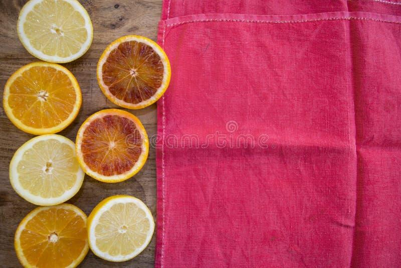 Sinaasappelen en citroenen halve besnoeiing royalty-vrije stock foto
