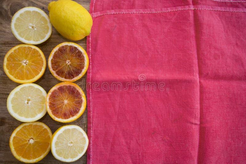 Sinaasappelen en citroenen halve besnoeiing royalty-vrije stock fotografie