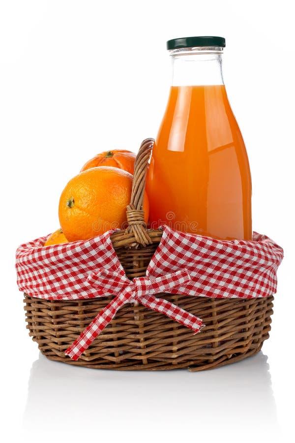 Sinaasappelen en vers sap royalty-vrije stock afbeeldingen