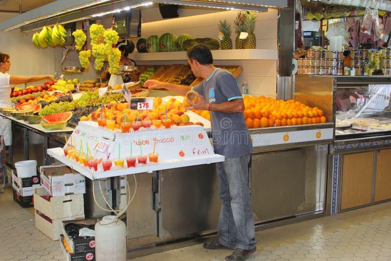 Sinaasappelen en verse vruchtensappen van Valencia, Spanje stock foto's