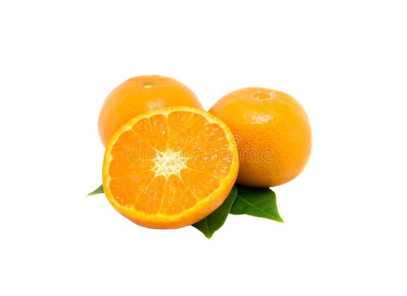 Sinaasappelen en vruchten in de helft worden gesneden die royalty-vrije stock afbeelding