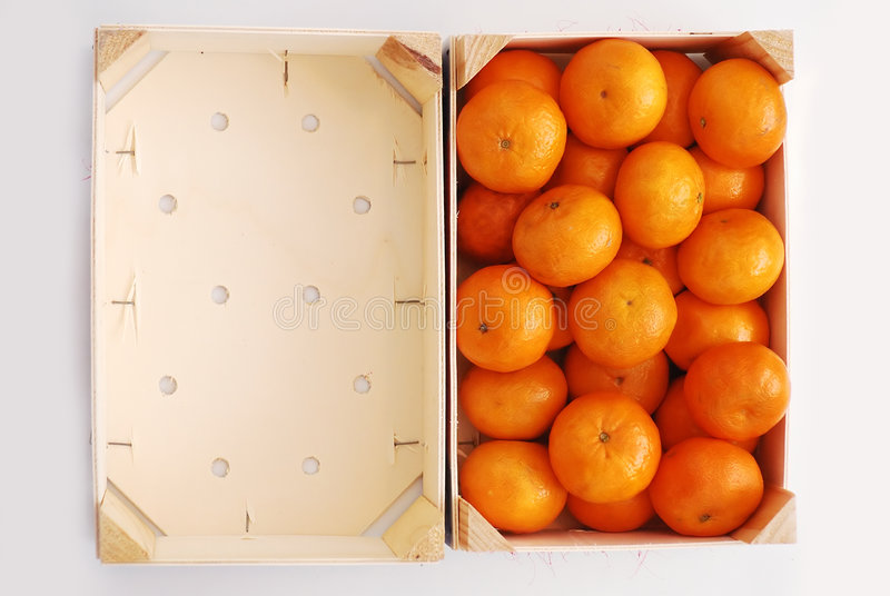 Sinaasappelen in het houten krat stock foto