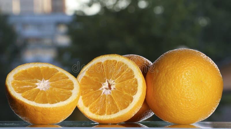 Sinaasappelen op de lijst royalty-vrije stock afbeeldingen