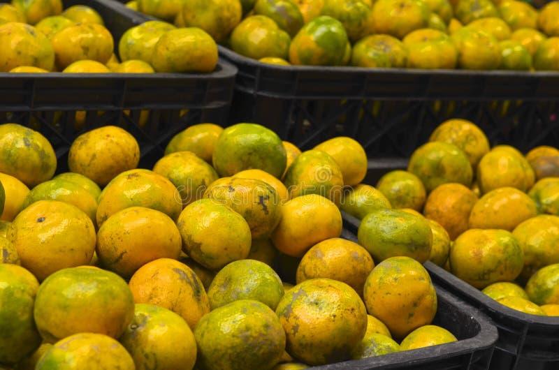 Sinaasappelenfruit binnen plastic krat bij supermarkt stock afbeelding
