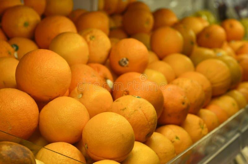 Sinaasappelenfruit binnen plastic krat bij supermarkt royalty-vrije stock foto's