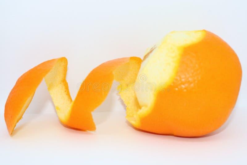Sinaasappelschilspiraal op een wit stock afbeelding