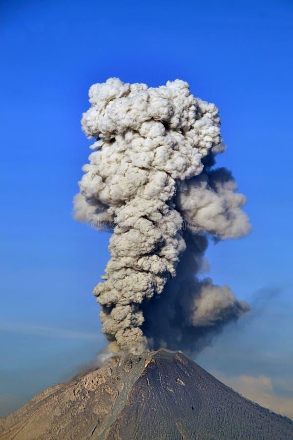 Sinabung zet uitbarsting op stock afbeeldingen