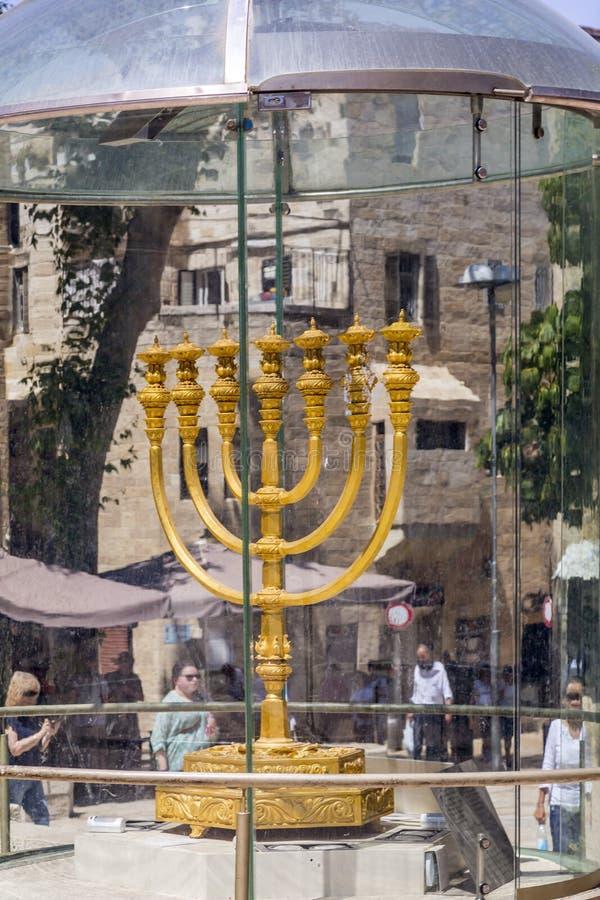 Sinagoga de Hurva e o Menorah dourado imagens de stock royalty free