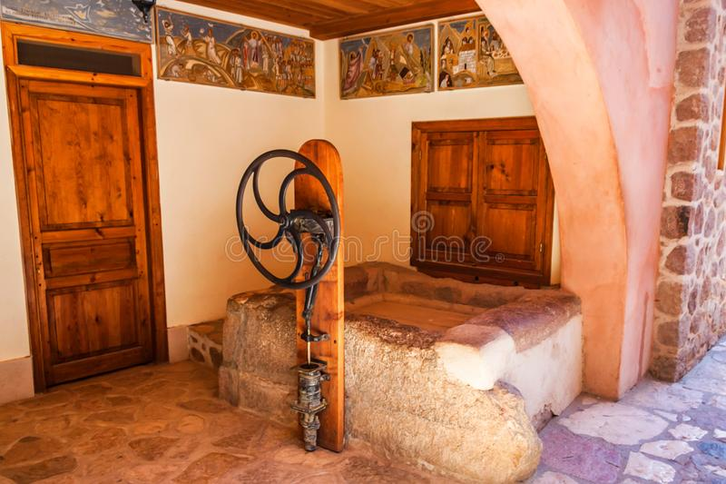SINAI EGYPTEN - SEPTEMBER 2, 2010: Forntida väl, kloster för ` s för St Catherine, Egypten royaltyfria foton